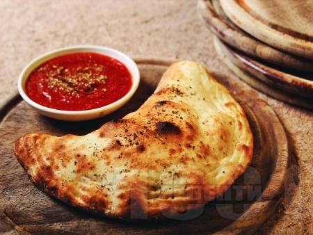 Пица Калцоне със сирене моцарела и рикота (затворена пица) - снимка на рецептата